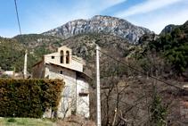 El pueblo de Alinyà y, al fondo, el anticlinal del Roc de la Pena.