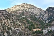 El anticlinal del Roc de la Pena visto desde cerca del Collet de la Sansa.