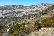 Los riscos de la Roca de Perles y la Roca de Galliner vistas desde cerca del Pla de Guilla (fuera de itinerario).