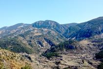 Vistas al valle de Alinyà desde el mirador de la ermita de Sant Ponç, con los núcleos de Alinyà, Llobera y Les Sorts y el anticlinal del Roc de la Pena.