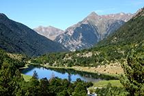 El lago de la Llebreta y, al fondo, el pico Aüt.