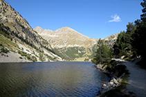 Lago Llong o Estany Llong, al fondo el pico y el collado del Portarró.