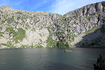 Lago Redó con su pequeña isla tan característica.