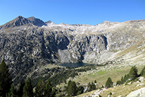 Vista del circo de montañas del lago Redó y del Pletiu dels Gavatxos desde la pista subiendo hacia el Portarró.