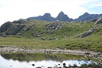 Desde el Portarró podemos ver como la montaña de los Encantats asoma la cabeza desde el sector de Sant Maurici.