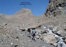 Delante nuestro tenemos la Aiguille Oriental de la Saussaz (3.323m) y, a la derecha, la pared que baja de la Pointe Salvador (3.202m).