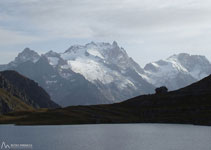 Lago y refugio de Goléon con espléndidas vistas de los Écrins, con La Meije y el Rateau.