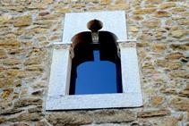 Detalle de una ventana en el núcleo antiguo de Madremanya.
