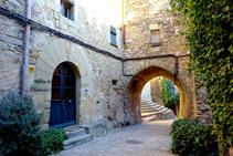 Bodega de Madremanya i portal en la plaza de la iglesia.
