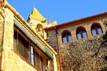 Detalle del campanario y las casas que rodean la iglesia.