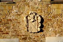 Escudo en la fachada del castillo de Millàs.