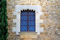 Detalle de una ventana del castillo de Millàs.