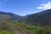 Mirada atrás: al fondo vemos nevadas las grandes montañas de la Vall Ferrera, entre las que destaca la característica pirámide del Monteixo (2.905m).