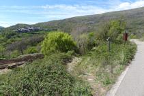 Hacemos unos 50m por la carretera y tomamos de nuevo un camino de tierra (izquierda).