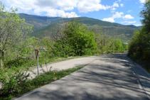Bajamos unos 100m por la carretera y tomamos la pista asfaltada de la izquierda para entrar a Bressui.