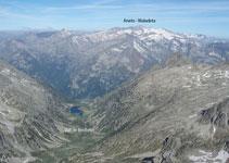 Al O vemos el bonito valle de Besiberri con el lago y el macizo del Aneto-Maladeta al fondo.