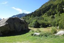 Bloque de granito característico al inicio de la ruta.