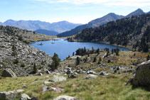 Dejamos el lago de Gémena de Baix atrás, subimos hacia un primer collado.