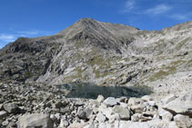 Vistas a los lagos Gelats y al Tossal dels Soldats.