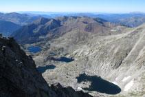 Vistas desde la cima hacia el valle de los lagos Gelats, Gémena y Llubriqueto.
