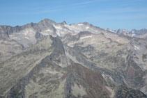Vistas al macizo del Aneto-Maladeta, con el glaciar que cuelga de su cara norte.