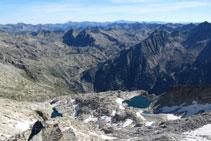 Vistas hacia el E: lago Negre, refugio Ventosa i Calvell, Agujas y lago de Travessani...