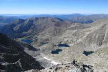 Vistas desde la cima hacia el valle de los lagos Gelats, Gémena y Llubriqueto. Con el Turbón al fondo.