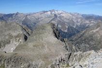 Pico de Abellers y macizo Aneto-Maladeta al fondo.