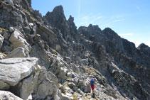 El recorrido se hace principalmente por la vertiente occidental de la cresta que une el Besiberri Sur y el Comaloforno.