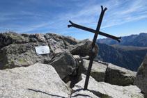 Pico del Comaloforno (3.029m), con una cruz y una placa.