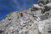 Empezamos a bajar en clara dirección O por un tramo bastante empinado y rocoso.