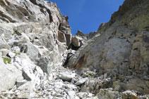 Vista de la canal por donde hemos bajado con la roca característica redondeada en medio de la canal.