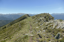Camino de la cresta hasta al pico de Enclar.
