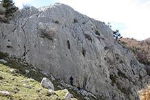 Aficionados a la escalada practicando este deporte.