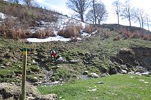 Después de cruzar el torrente subimos unos metros.