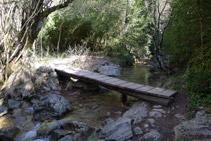 Pasarela de madera sobre el río del Pendís.