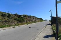 Seguimos por la carretera unos 70m. En este tramo la carretera tiene aceras para los peatones.