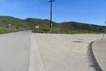 Cruce donde tomamos un camino de tierra que avanza en paralelo a la carretera.