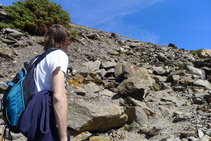 Subimos hasta la carretera por entre grandes bloques de piedra.