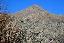 Rocas de Totlomón y, detrás, la cima del Torreneules.