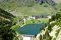 Vistas al lago y al santuario de Núria desde el mirador.
