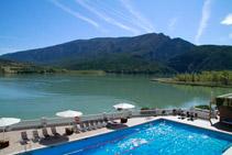 El Hotel Terradets está situado al lado del embalse, en un lugar privilegiado.