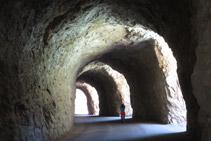 Caminamos por el interior de un túnel excavado en la roca.
