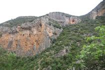 Vista del desnivel que deberemos superar para subir hasta el collado del Serrat Pedregós tras cruzar el río.