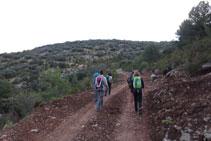 Empezamos la ruta avanzando por una pista de tierra.