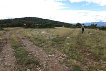 Dejamos la pista por donde veníamos y tomamos a mano derecha (hito) la pista que avanza hacia la sierra del Banyader.