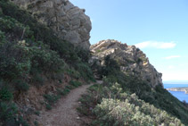 Llegamos a un paso estrecho entre rocas.