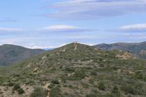 Mirada atrás: la torre de Norfeu y las montañas pirenaicas al fondo.
