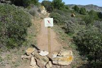 Camino de las Cuevas de las Encantadas con el paso cerrado.