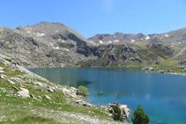 En primer término, el Estany Gento. Al fondo, de izquierda a derecha, el pico de Pala Pedregosa (2.874m) y el Montorroio (2.862m).